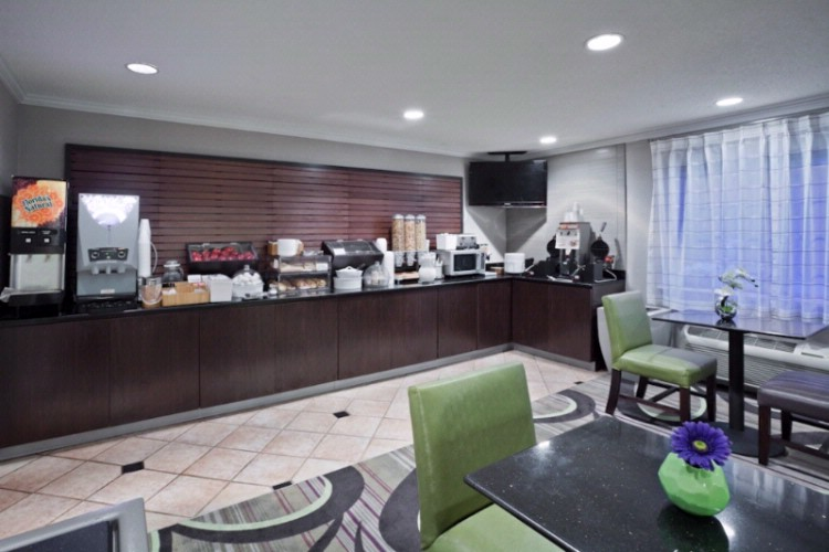 La Quinta Inn & Suites Cleveland Macedonia 1 of 12