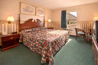 Guestroom With King Sized Bed 8 of 11