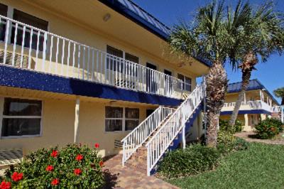 Best Western Cocoa Beach Hotel & Suites -Courtyard Building 6 of 15