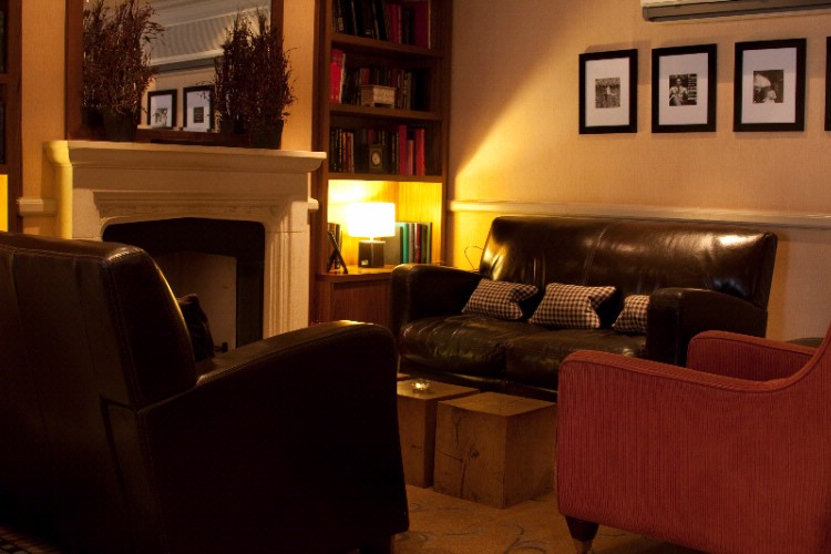 Lounge 3 of 6