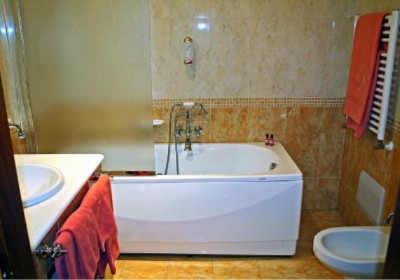 Deluxe Bathroom 4 of 10