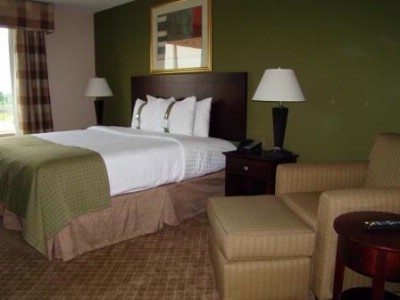 King-Bedded Rooms Provide Comfort And Convenience 4 of 11
