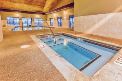 Indoor Pool And Jacuzzi 7 of 9