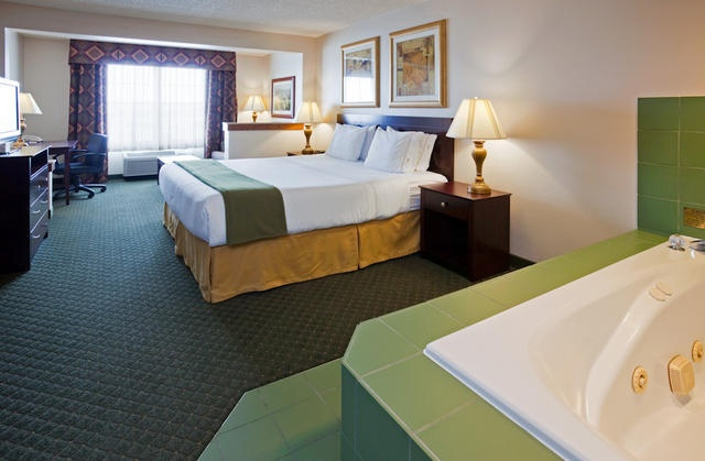 Holiday Inn Express & Suites Oshkosh 1 of 11