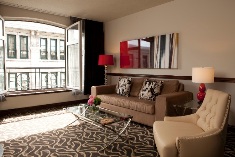 Deluxe Suite With Old Montreal View 6 of 13