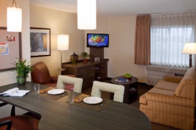 Newly Renovated Two-Room Suites With Large Living Area Full Kitchens New Lighting And Flat-Screen Tvs Plus Separate Bedroom With Queen Bed! 4 of 8