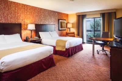 Double Queen Guestroom -Very Spacious Especially For Traveling Families. 9 of 15