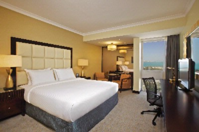 King Hilton Guest Room Plus 4 of 4