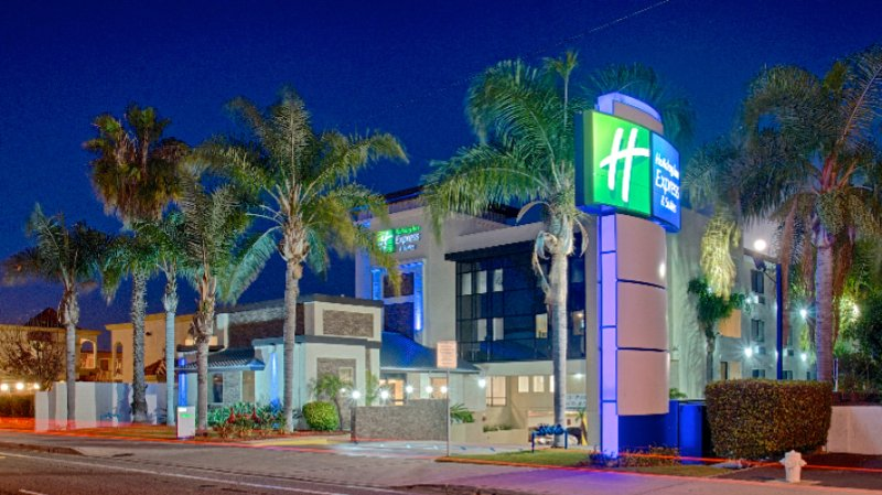 Holiday Inn Express Costa Mesa 1 of 7