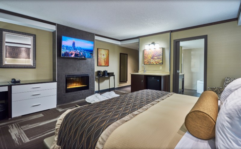 Jacuzzi Suite 2 of 10