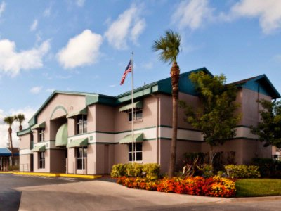 Super 8 by Wyndham Kissimmee / Maingate / Orlando Area 1 of 22
