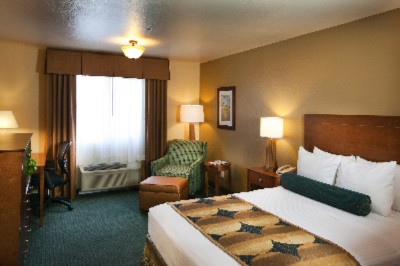 Our Queen Bedded Rooms Are Spacious And Comfortable. 9 of 17