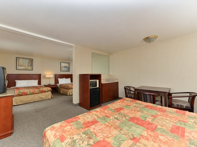 Suite Non-Smoking King & 2 Double Beds 13 of 14